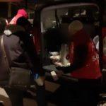 Ángeles de la noche apoyando a personas necesitadas en las noches frías de Portugal.