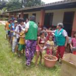 Remar Bolivia reparte decenas de mochilas para niños de familias sin recursos en Cotoca, Santa Cruz