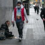 Las fuerzas armadas y Remar ONG improvisan recursos para atender a personas sin techo, indica periódico El País